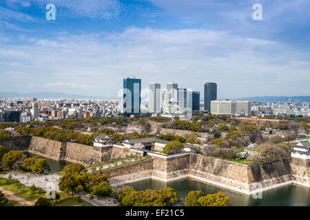 Osaka, Japon ville au château et parc d'affaires. Banque D'Images