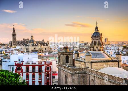 Séville, Espagne city skyline at Dusk. Banque D'Images