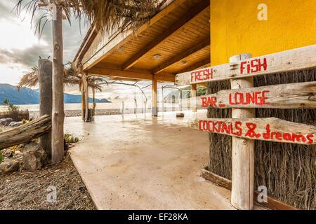 Panneau en bois à beach bar sur la plage de Bussaglia près de Porto sur la côte ouest de la Corse Banque D'Images