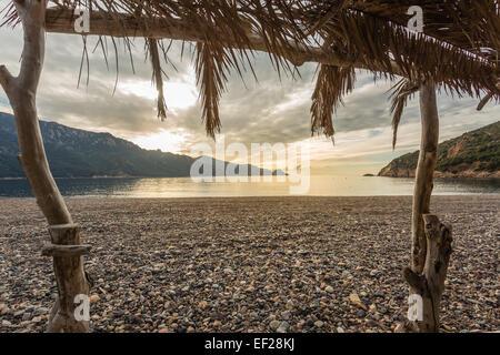 Vue sur mer ou de la plage de Bussaglia près de Porto sur la côte ouest de la Corse Banque D'Images