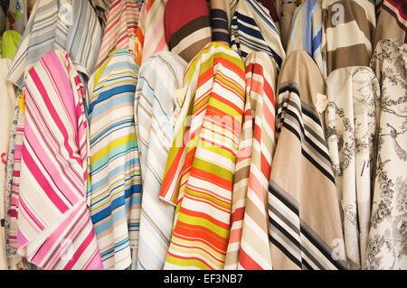 Tissu pour la vente dans un magasin à Montmartre, Paris, France. Banque D'Images