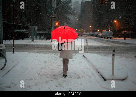 New York, USA. 26 janvier, 2015. Un piéton s'arrête à l'angle de la 9e Avenue et 20e rue, comme de la neige tombe Banque D'Images