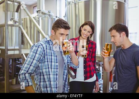 Les jeunes hipsters bière de dégustation ensemble Banque D'Images