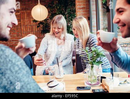 Friends having coffee ensemble à la maison Banque D'Images