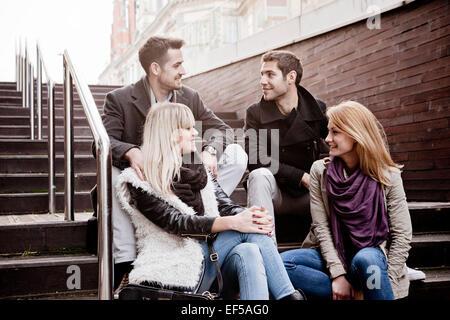 Groupe d'amis en faisant une pause dans la ville Banque D'Images