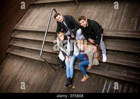 Groupe d'amis en faisant une pause on staircase Banque D'Images