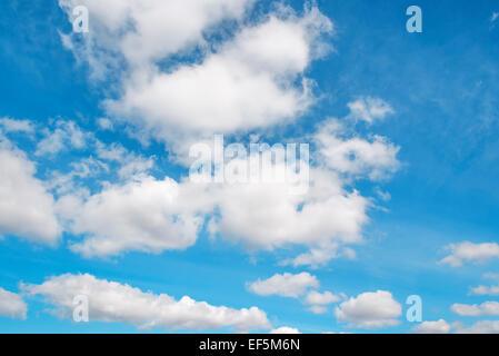 Droit de nuages blancs sur le ciel bleu Banque D'Images