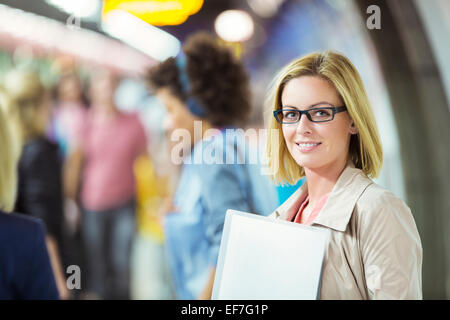 Businesswoman smiling in an office Banque D'Images