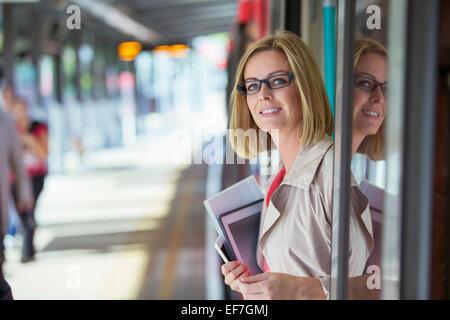 La Businesswoman smiling in doorway Banque D'Images