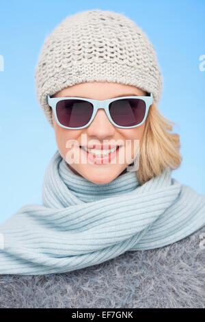 Portrait d'une belle femme portant des lunettes de soleil Banque D'Images