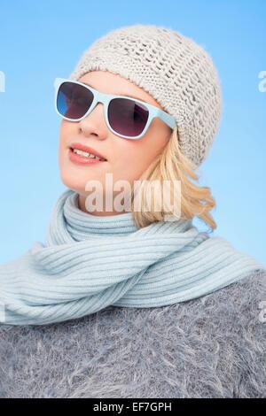 Belle femme portant des lunettes de soleil Banque D'Images