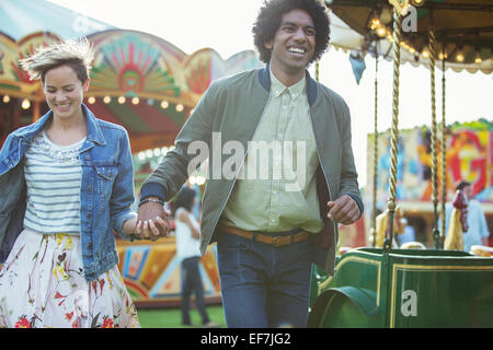Jeune couple multiracial in amusement park Banque D'Images