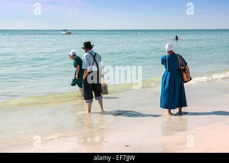 Amish à seashells sur Siesta Key Beach en Floride Banque D'Images