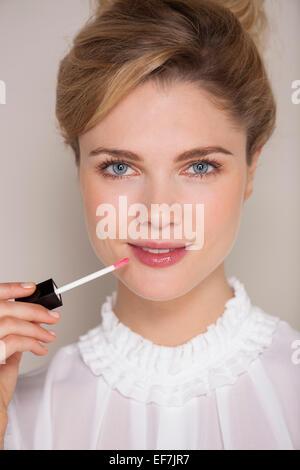 Portrait de femme belle application Lip Gloss Banque D'Images