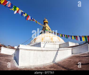 Stupa de Bodhnath colorés avec les drapeaux de prières au ciel bleu dans la vallée de Katmandou, Népal Banque D'Images