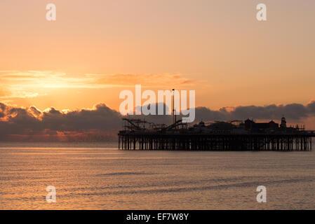 Coucher de soleil derrière la silhouette de l'Palace Pier Banque D'Images