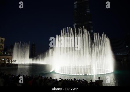 Dubaï, Émirats arabes unis - Nov 23, 2013: célèbre spectacle de fontaine dans la baie d'affaires Dubaï; les gens Banque D'Images