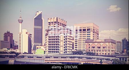 Vintage Retro filtered Kuala Lumpur skyline. Banque D'Images