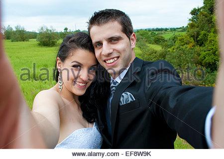Mariée et le marié en tenant selfies Banque D'Images