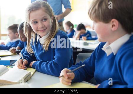 Lycéenne et l'apprentissage en classe d'écolier Banque D'Images