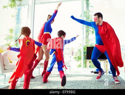 La famille de super-héros à l'affiche dans la salle de séjour Banque D'Images