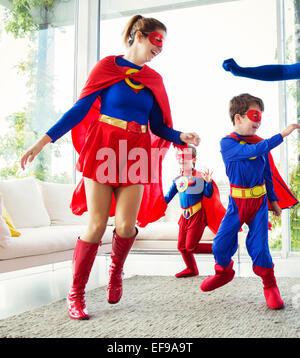 Famille de super-héros à l'affiche dans la salle de séjour Banque D'Images