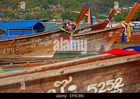 Proues de bateaux de pêche en bois traditionnel sur la plage d'une des îles de Koh Phi Phi, Thaïlande du sud Banque D'Images