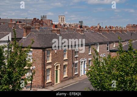 Vue de haut sous le ciel bleu, au-dessus des toits de Minster, avec terrasse Victorienne de maisons dans la zone Banque D'Images