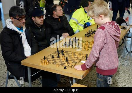 10 ans garçon joue aux échecs simultanée avec 4 participants adultes . Nordstan, Göteborg, Göteborg, Suède Banque D'Images