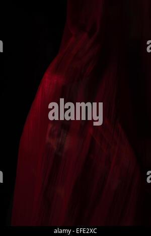 Jeune fille avec du tissu rouge. Concept, l'abstraction Banque D'Images