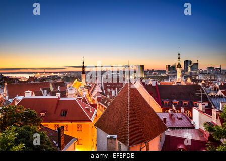 Tallinn, Estonie l'aube skyline dans la vieille ville. Banque D'Images