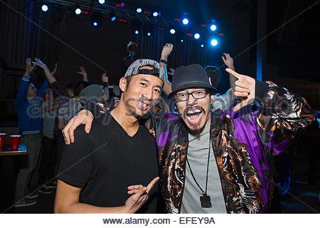 Portrait des hommes enthousiastes at nightclub Banque D'Images