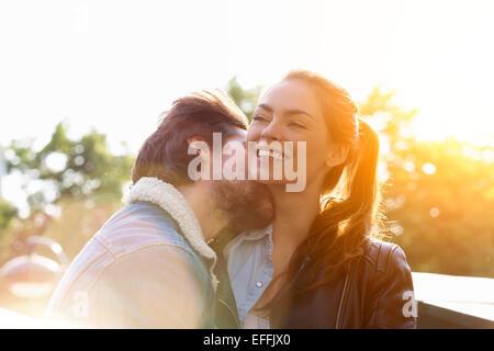 Jeune couple dans l'amour à Paris Banque D'Images