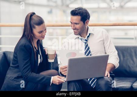 Les gens d'affaires réunis à l'office de tourisme