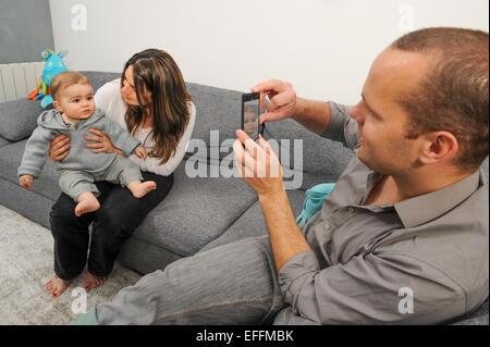 La prise de photo de père et fils à la maison mère Banque D'Images