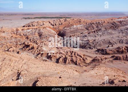 """Vue sur la """"Valle de la Luna"""" (La vallée de la lune). Désert d'Atacama, près de San Pedro. Le Chili. Banque D'Images"""