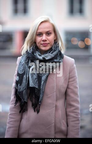 Jeune femme avec des cheveux blonds et pas d'un miroir Banque D'Images