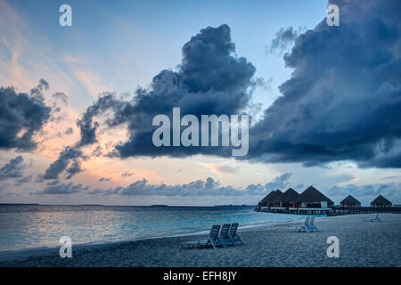 Coucher de soleil sur une plage sur une île des Maldives Banque D'Images