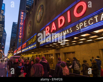 La queue pour le Radio City Music Hall spectaculaire de Noël. Le Radio City Music Hall et entrée chapiteau Banque D'Images
