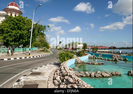 Les touristes américains debout sur le trottoir en face de l'hôtel Palacio de Valle, Punta Gorda le long d'une journée Banque D'Images