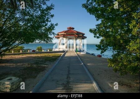 Beau pavillon blanc avec toit en tuiles rouges, et d'arches assis le long du front de mer sur la baie de Cienfuegos, Banque D'Images