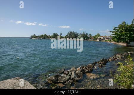 Maisons dans le quartier de Punta Gorda Cienfuegos, Cuba qui tapissent le bord incurvé de la baie de Cienfuegos Banque D'Images