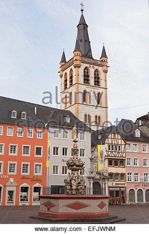 Fontaine St Pierre sur le marché principal, la Hauptmarkt, Trèves, Rhénanie-Palatinat, Allemagne Banque D'Images