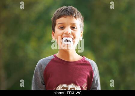 Boy wearing fake avec dents de vampire fangs Banque D'Images
