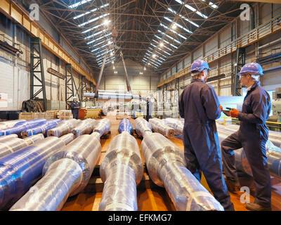 Les travailleurs de l'usine d'ingénierie en grande discussion Banque D'Images