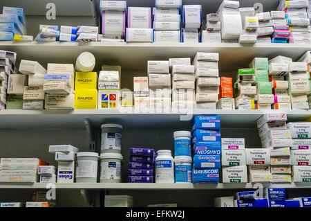 Beaucoup de médicaments sur des étagères dans une pharmacie Banque D'Images