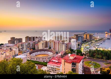 Malaga, Espagne dawn skyline vers la mer Méditerranée. Banque D'Images