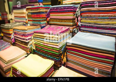 d4795ae6040e Foulards en soie et cachemire colorés à vendre à l un des milliers de  magasins