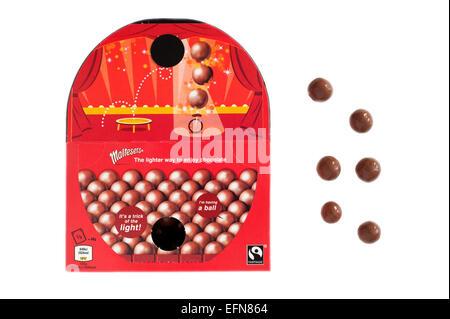 Fort de chocolat au lait maltesers découper sur un fond blanc Banque D'Images