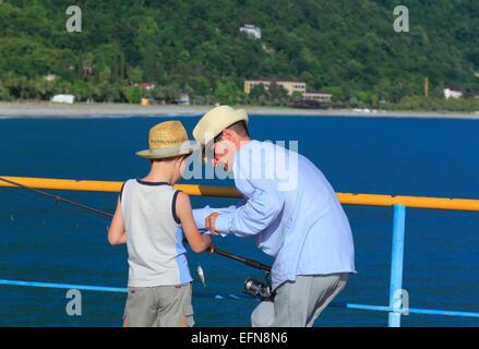 Père et le fils la pêche, l'Abkhazie (Géorgie) Banque D'Images